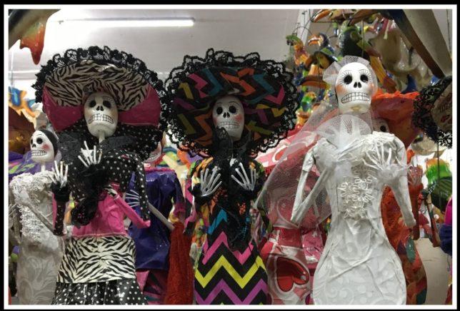 Puppen mit Totenschädeln zum Fest der Toten in Mexiko