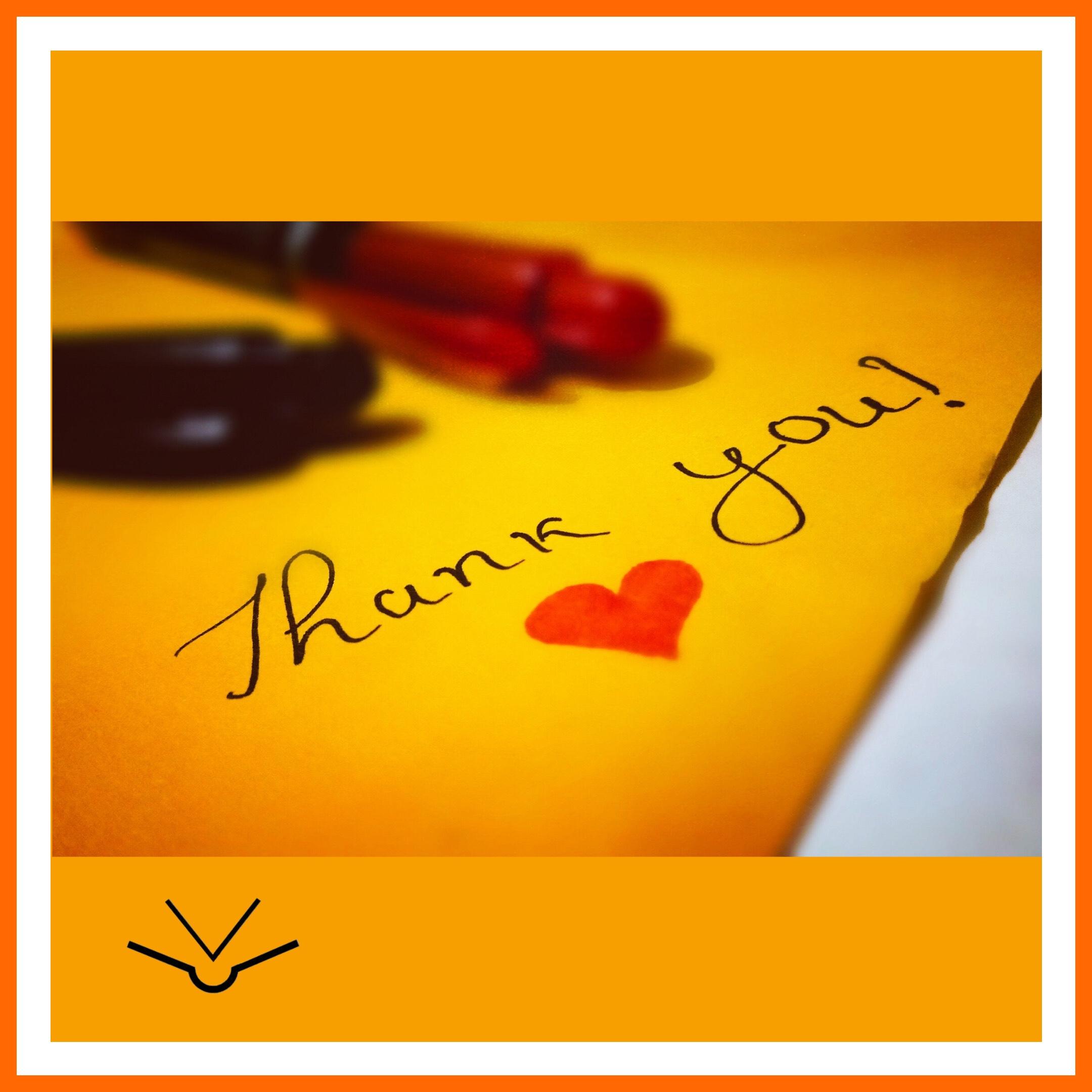 Ein rotes Herz auf gelbem Papier mit dem Schriftzug Thank You